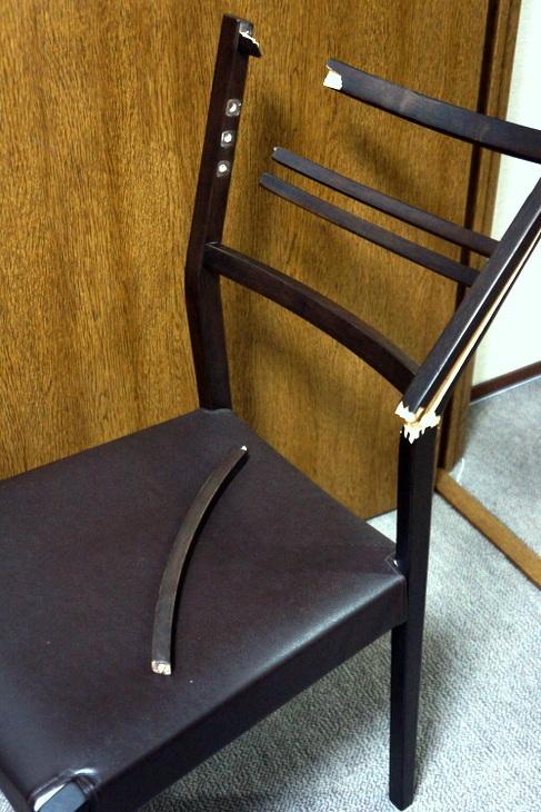 折れた椅子001.JPG