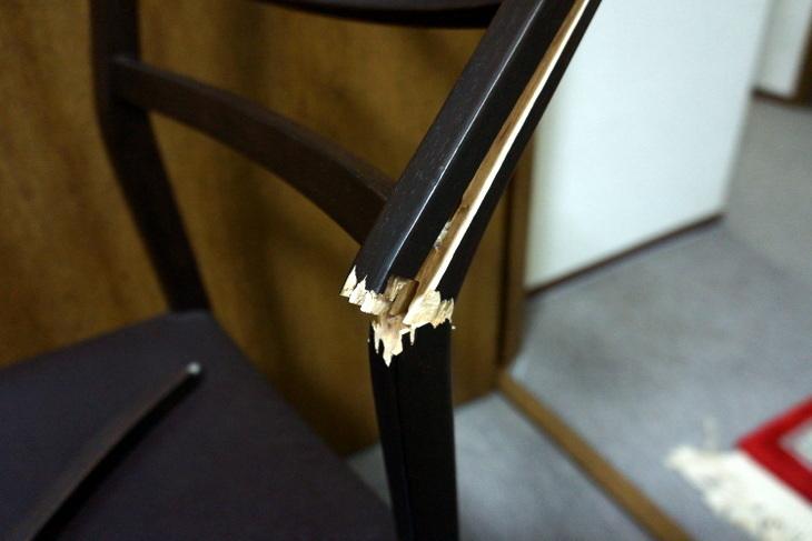 折れた椅子002.JPG